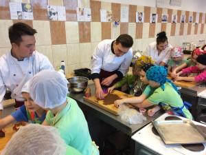 Uczniowie klasy 3H wraz z młodszymi kolegami przygotowują pierniczki